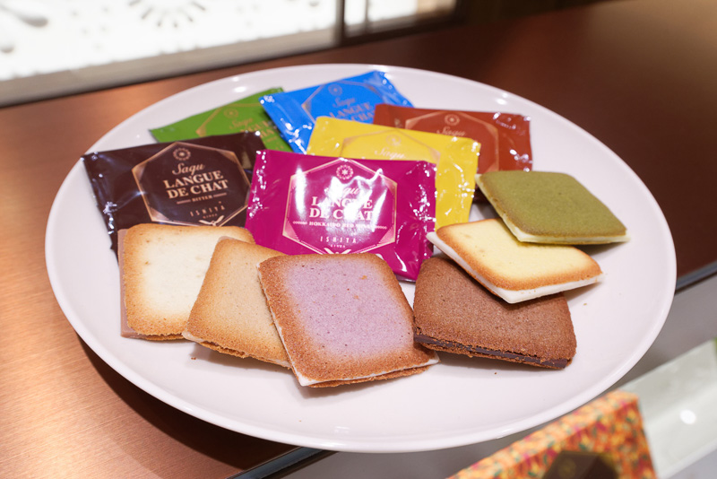 扱う商品はすべてISHIYA GINZAのみのオリジナル。こちらは白い恋人と同様の製法ながら、チョコレート素材にこだわった6種のフレーバーがあるラングドシャ「Saqu(サク)」