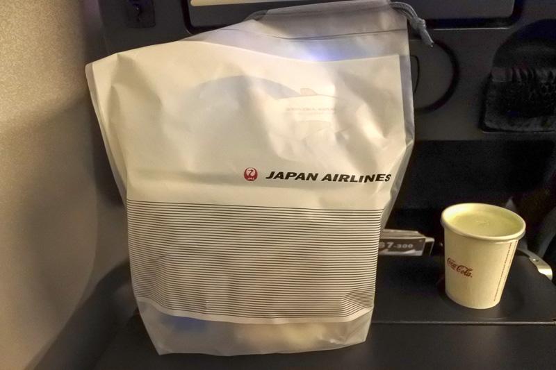 朝食用の「バナナ&ウォールナッツマフィン」とドリンク。JALのオリジナルバッグ入り