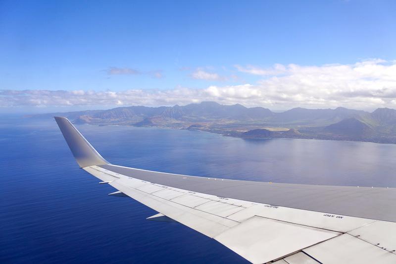 定刻どおりにホノルル国際空港へと到着。オアフ島へとどんどん近づいていく様子が窓から楽しめた