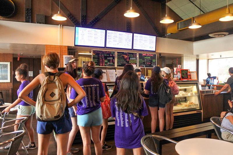 店内は学生や地元の人々がランチを食べに列をなしていた。オーダー時に名前を伝えて、呼ばれたら渡されるスタイル