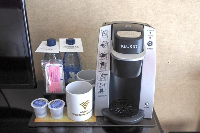 テレビ横には、有料のミネラルウォーター2本(1本2ドル、約220円)とコナコーヒー