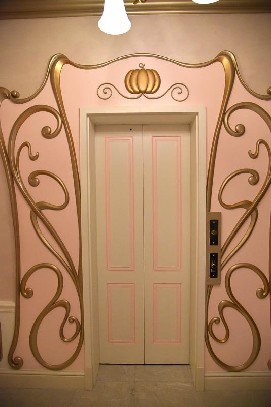 受付が完了するとエレベータで2階へ。階段も併設されており、絨毯やアートにも映画「シンデレラ」の要素がちりばめられている