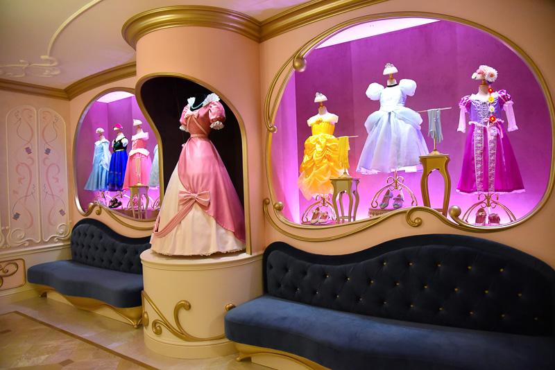 広間には、各ディズニープリンセスのドレス一式をデコレーション。ソファでゆったりくつろぎながら順番を待つ