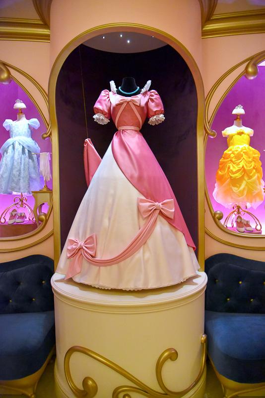 中央には、屋根裏で小鳥やネズミのジャックたちが一生懸命リメイクしている最中のドレスが飾られている。映画とまさに同じなので、ぜひ劇中のシーンをチェックしよう
