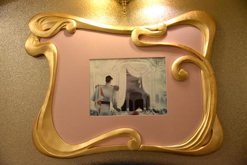 「Dressing Room」正面のソファ。壁にはアートが飾られている
