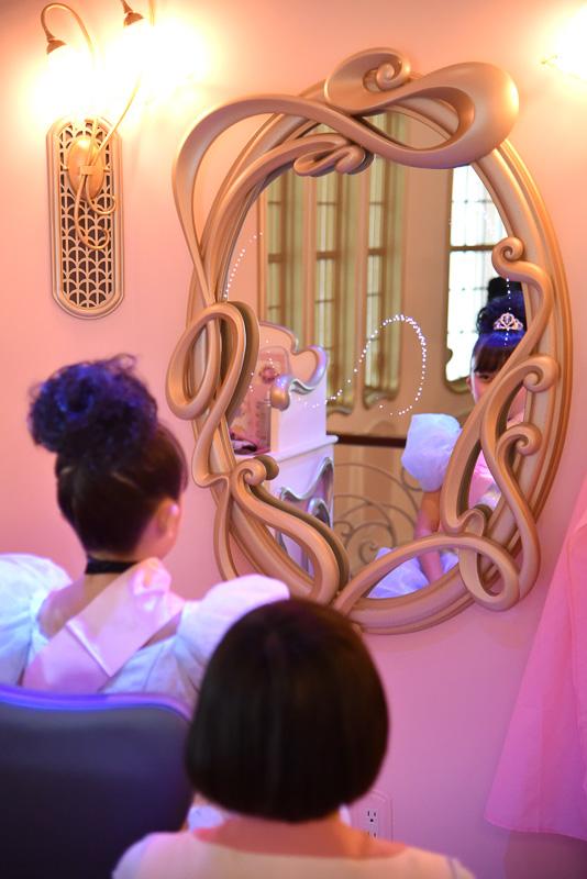 椅子がミラー側に向き、プリンセスになった自分の姿が。ミラーは魔法でキラキラと輝いている