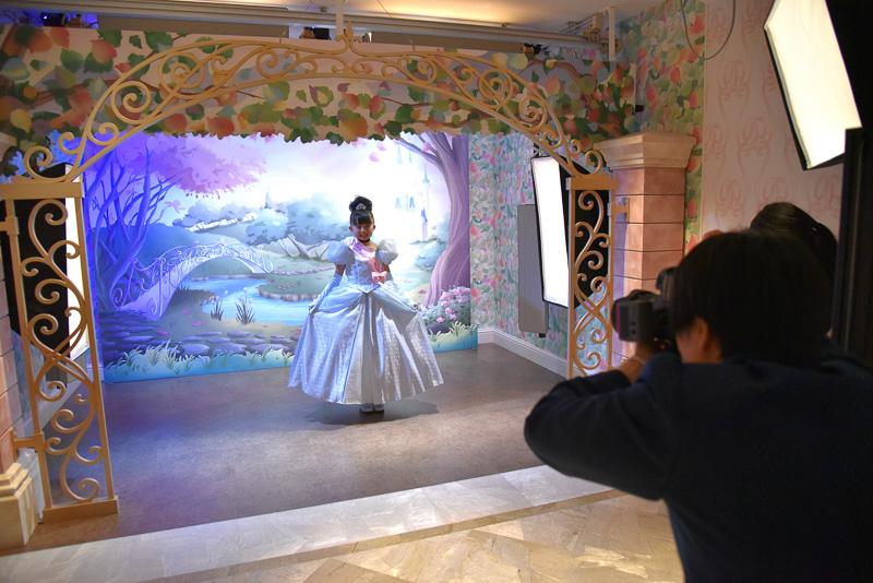 「プリンセスフォト」から撮影がスタート。立ったままでポーズ、そして椅子に座ったポーズなどをパチリ