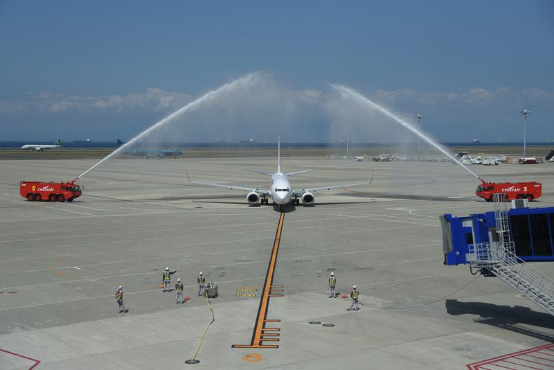 歓迎のウォーターキャノンを浴びつつ新千歳からセントレアにJL3100便が到着