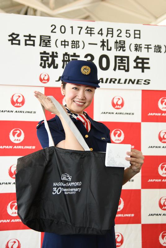 搭乗客にプレゼントされたオリジナルバッグと石屋製菓のチョコレート
