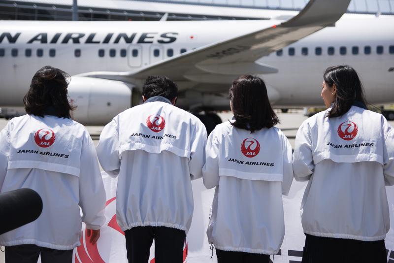 棚橋支配人によると、この白いジャケットを着た4名のスタッフは新入社員とのこと。初の大規模イベント参加