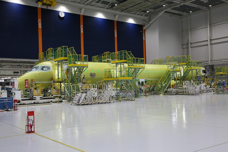 構造ラインでは、量産機となる6号機、7号機とともに、MRJ 70初号機となる8号機目の組み立てがはじまっている(写真提供:三菱航空機株式会社)