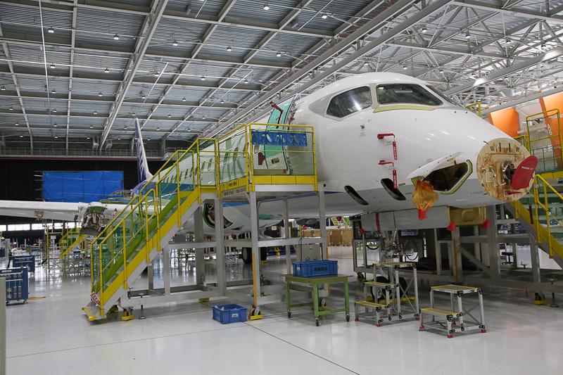 艤装ラインには地上試験を集中的に実施するANA塗装の試験機である5号機の姿がある(写真提供:三菱航空機株式会社)