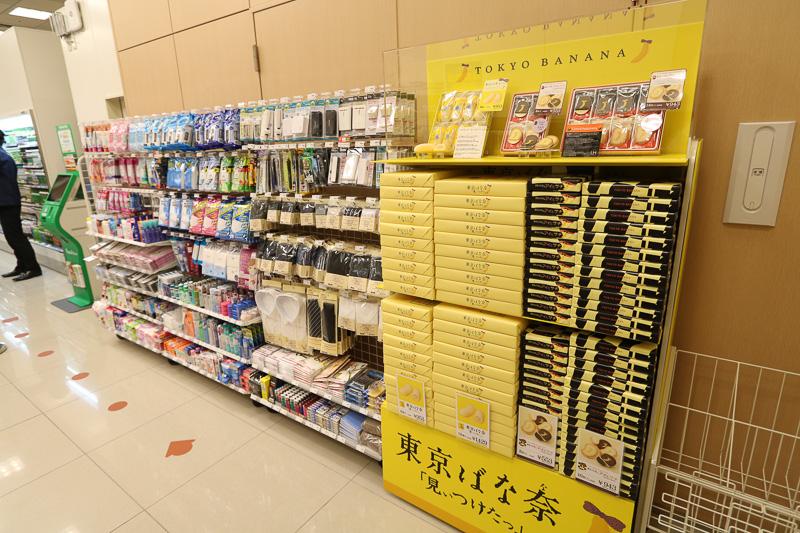 店内に入るとすぐ右には土産物と旅行用品が並ぶ