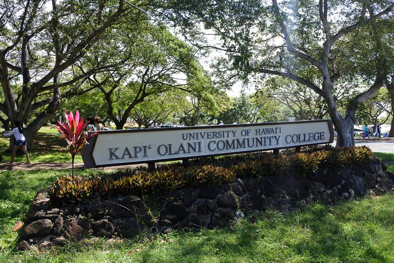 「UNIVERSITY OF HAWAI'I  KAPI' OLANI COMMUNITY COLLEGE」の駐車場で毎週土曜に「KCCファーマーズマーケット」が開催される