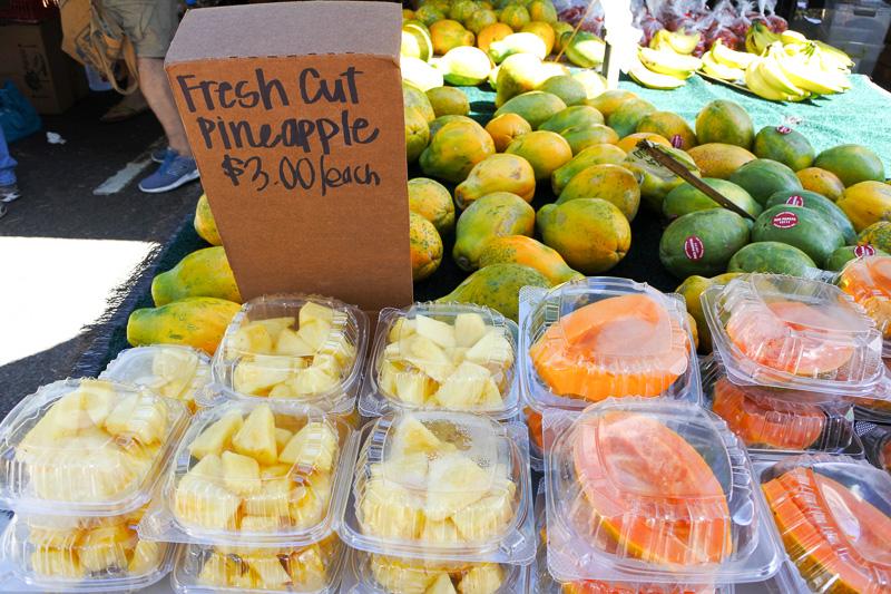 パイナップルや見た目も鮮やかな自家製ピクルス、採れたて野菜にさとうきびジュースなども購入できる