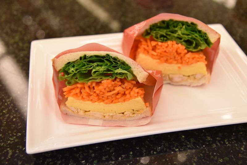 「たっぷり野菜とスパイシーチキンのサンドイッチ」