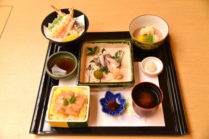 「二の膳」には、「太刀魚の塩焼き」「海老と鱚の天婦羅」「新馬鈴薯と玉葱の煮物」「煮穴子丼」などが載っている