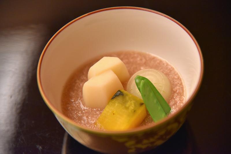 「新馬鈴薯と玉葱の煮物」。新じゃがとともに豚そぼろの餡かけもたっぷり