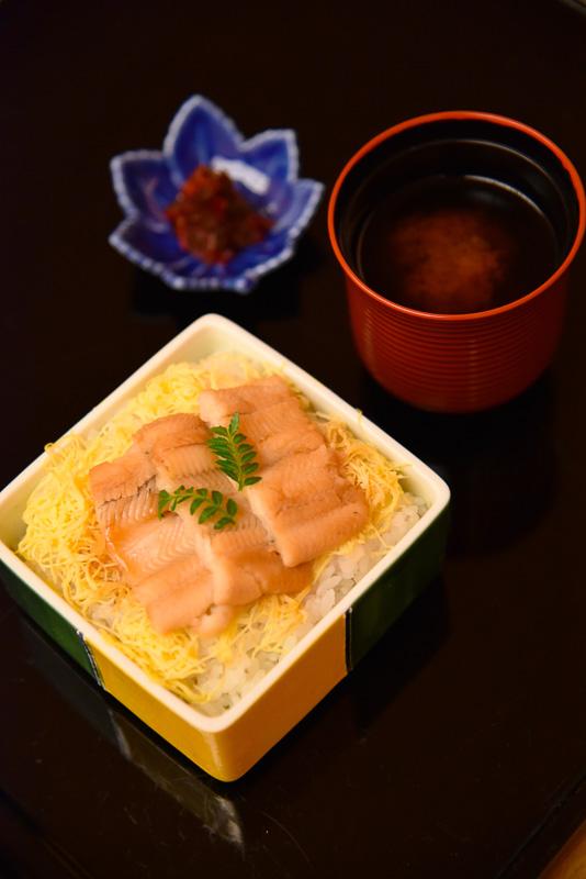 「煮穴子丼」は御飯茶碗一杯より若干少なめの食べきりサイズ
