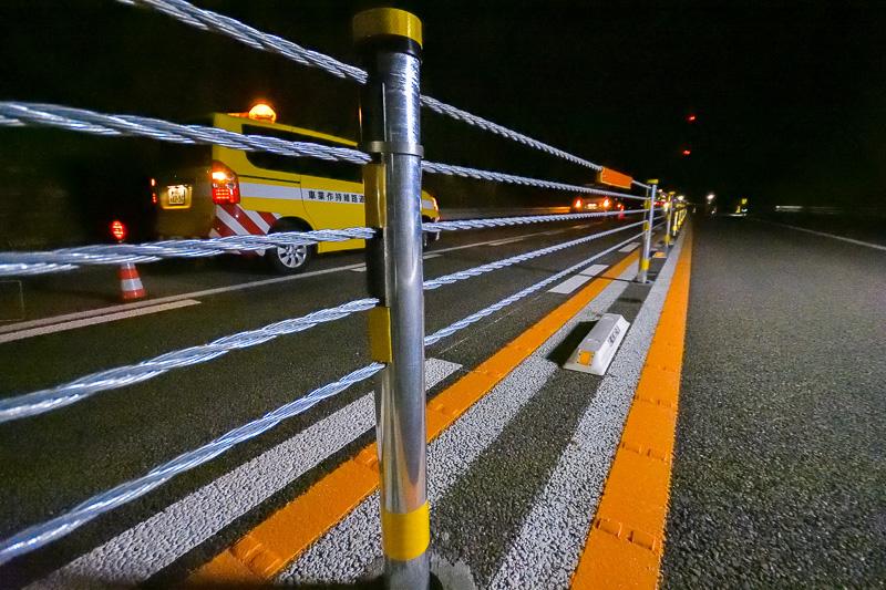 暫定2車線区間の正面衝突事故防止を目的として中央帯に設置されたワイヤロープ