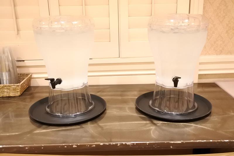 水分補給用のミネラルウォーター。目覚めの1杯で胃腸を刺激