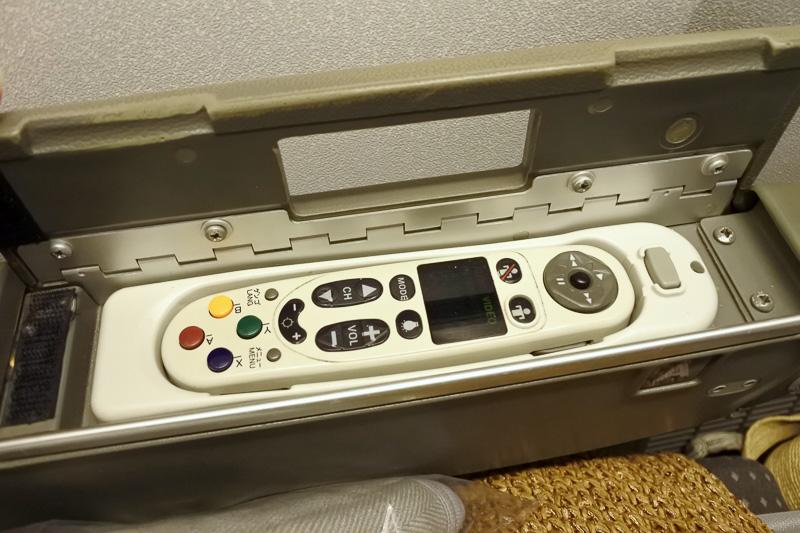 機内エンタテイメントは「MAGIC-Ⅲ」。アメニティはスリッパ。枕と毛布、ヘッドホンも設置