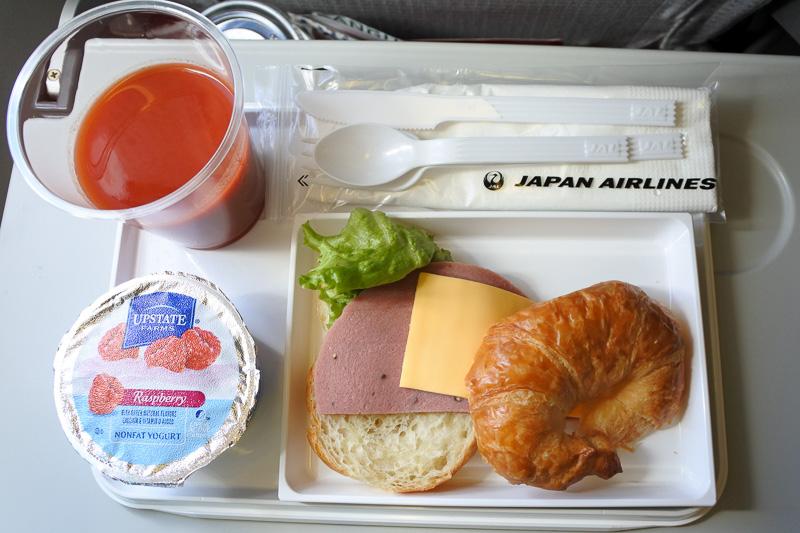到着前には「ハムとチーズのサンドイッチ」やヨーグルト、各種ドリンクが提供された