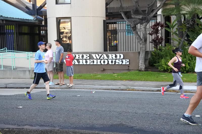 「ワード・センター」そして「ワード・ウェアハウス」など定番ショッピングエリア横も通過
