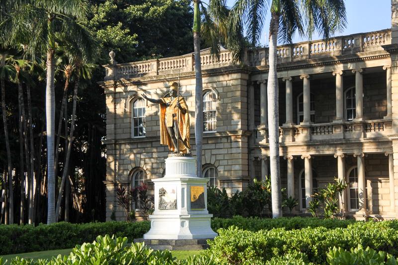 「カメハメハ大王像」と「イオラニ宮殿」に到着。吹奏楽の演奏で笑顔になれた