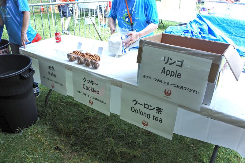 広々としたテント内では、リンゴ、ドリンクにクッキーなどをまず配布