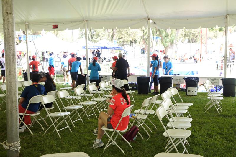 テント内は椅子やテーブルが用意され、くつろげる空間となっていた