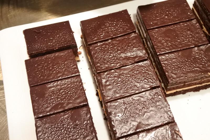 パワー系メニューや、チョコレートを使ったデザートなどが並んだビュッフェ