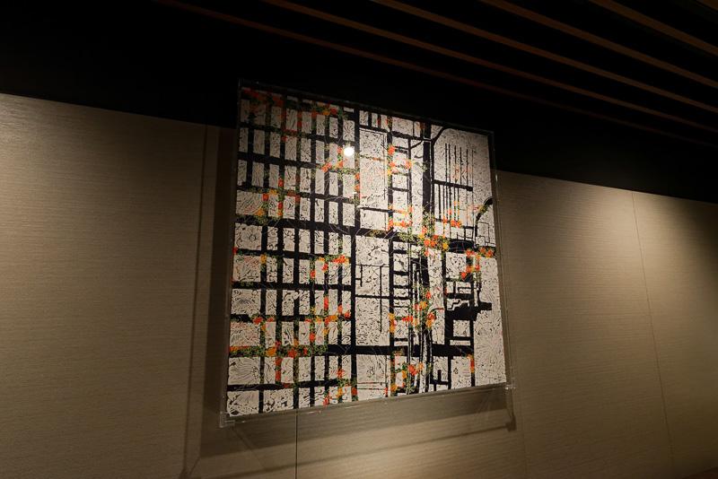 付近の地図を西陣織をモチーフにして表現したアートが壁に掛かっている
