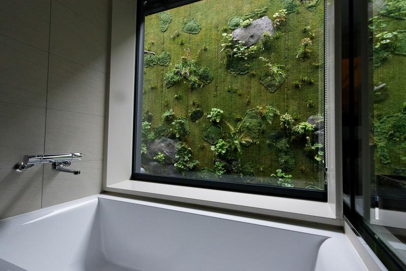バスルームから見えるのは、一面のモスウォール