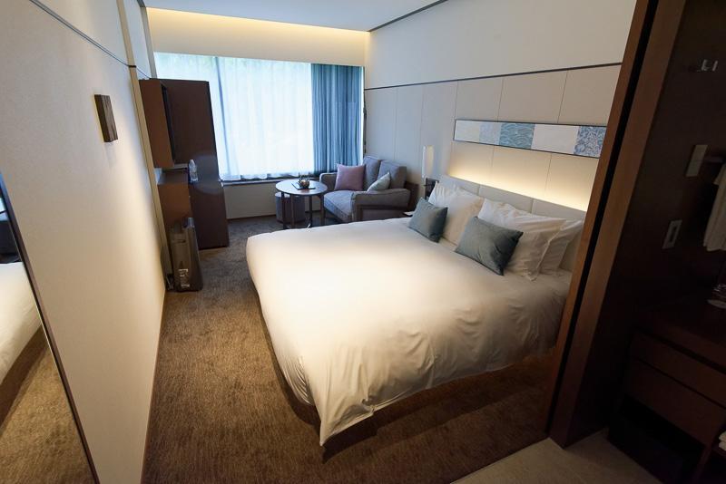 180cm幅のゆったりしたベッドがある「ダブル」。25.5m<sup>2</sup>、1泊目安4万8000円