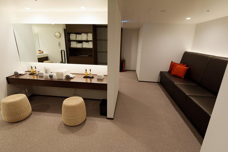 こちらは女性用大浴場の更衣室。くつろげるソファがあり、パウダールームとして使えるカウンターもある