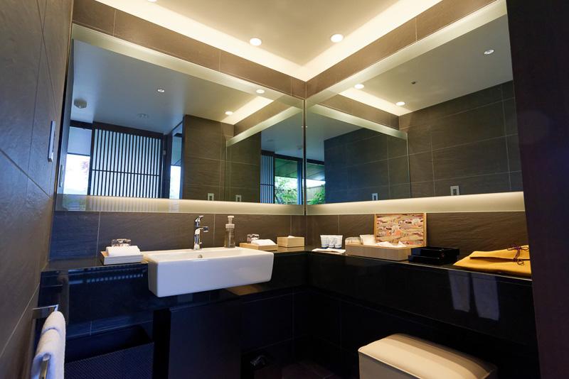 浴室。スイートルームに限らず、身障者対応の部屋を除いて、全室トイレは独立している