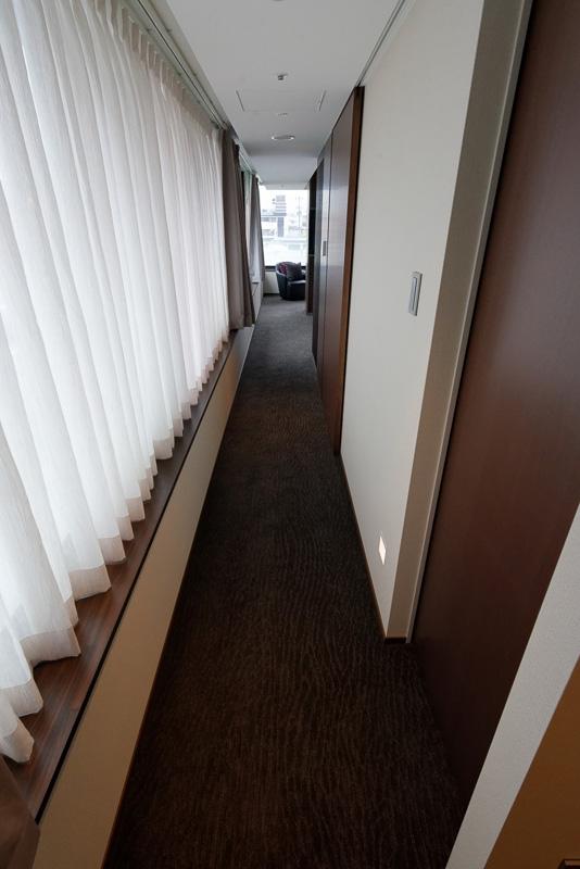 「鴨川スイート」。47.6~57.6m<sup>2</sup>、1泊目安12万円。入り口からリビング・寝室へとつながる長い廊下