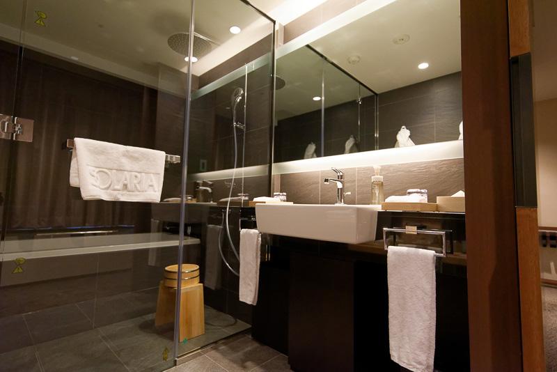 バスルーム。アメニティが入っているケースにも和のデザイン