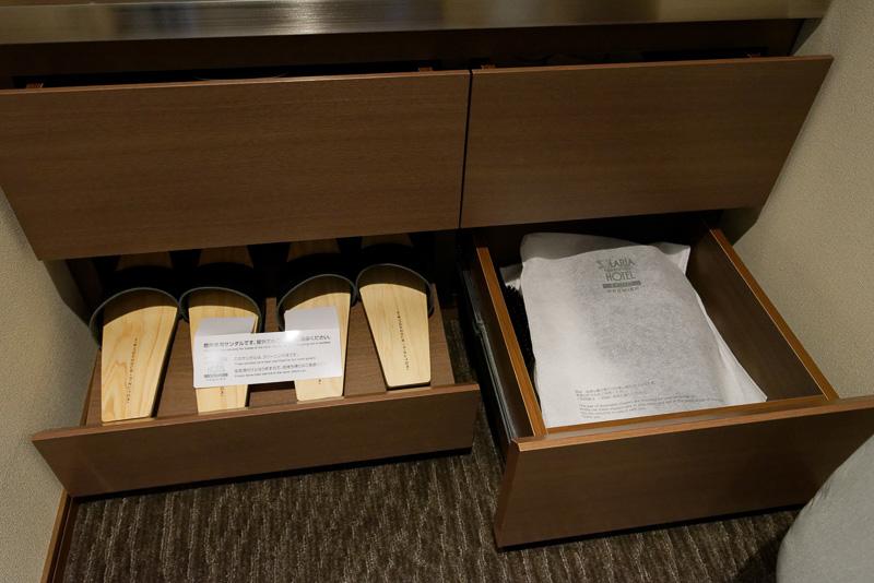全室、館内履き(左)と室内履き(右)の2種類の履き物を用意
