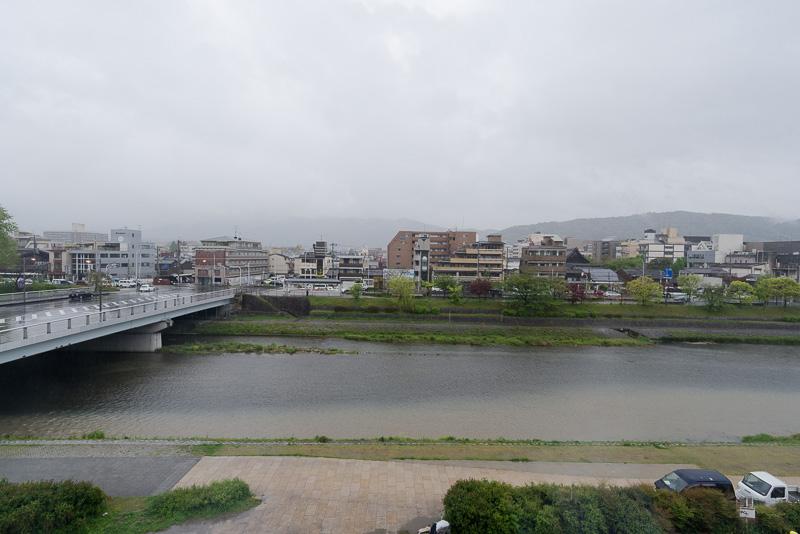 鴨川の眺め。取材当日はあいにくの雨だったが、開けた視界が気持ちよい