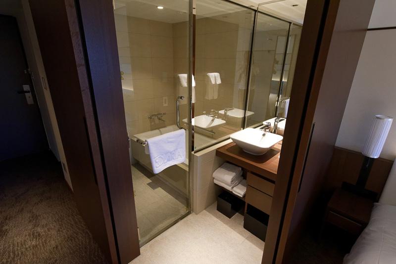 バスルームは壁で仕切られているのではなく、L字の戸を開閉する形。当初は壁になっていたが、広がり感を出すために作り直したという