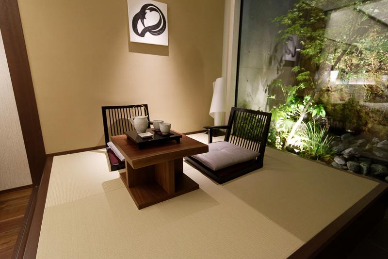 畳敷きのスペースで庭園を眺めつつ、のんびりお茶を飲める