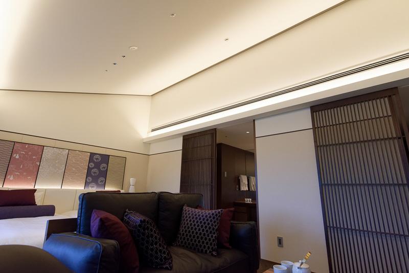 天井は斜めになっており、最高で3.5mほどある抜け感のある空間を演出