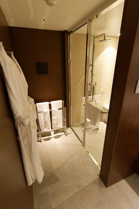 撮影者がどうしても入り込まざるを得ない、L字の大きなミラーのあるバスルーム