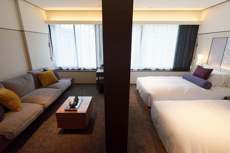 リビングと寝室が間仕切りで分けられた「スーペリアツイン」。39.2~42m<sup>2</sup>、1泊目安6万5000円