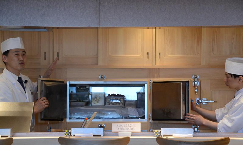 創業時より使用している、適度な湿度を保ち食材を乾燥から防ぐ氷の冷蔵庫。扉開閉時の温度変化も少なく食材鮮度の維持には欠かせないという
