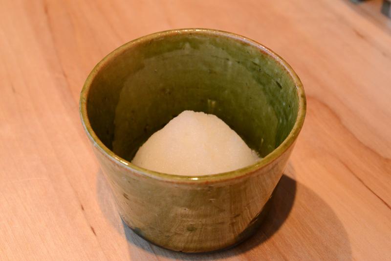 テーブルに置かれている塩と大根おろし。塩の器は銅でできた特注品。大根おろしはおろしてから時間を寝かせることで、甘味が増すのだという