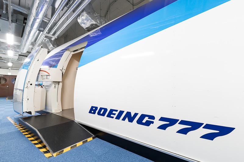 訓練用モックアップ。この訓練センターにはボーイング 777型機が2機あるという