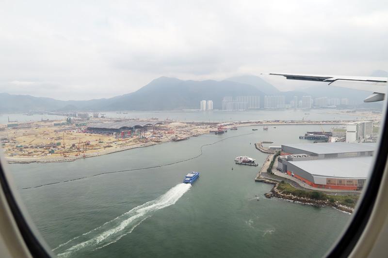 飛行機から見えた香港国際空港近くの人口島。マカオや広東省珠海市をつなぐ海上橋ができるとここに入管もできる